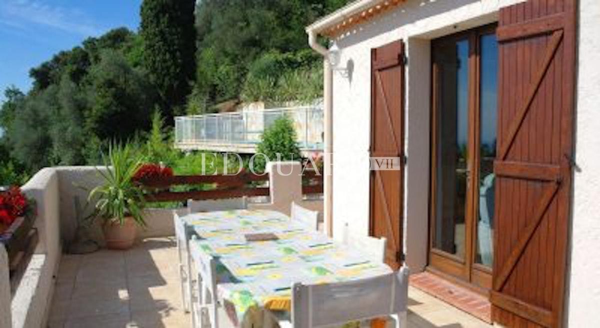 Case costa azzurra villa stile provenzale in ottime for Case in stile chalet con garage annesso